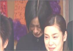 泣いている平愛梨と後ろの上戸彩