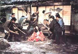 村人に叩かれる泉ジュン