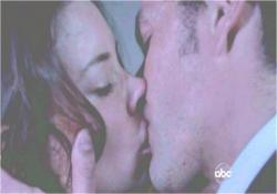 熱いキスをするジャックとケイト