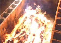高熱焼却される殺人マシーンの残骸