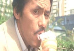 歯の治療が治ってソフトクリームを食べる藤田敏八