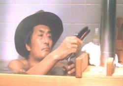 帽子を被って入浴中の山崎努