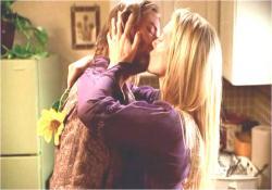 熱いキスを交わす、ソーヤとジュリエット
