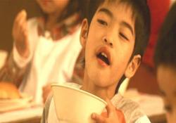 復活した松井うどんを旨そうに食べる子供たち