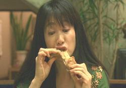 ひたすら食べてる事務員の上村