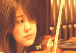演奏会でバイオリンを弾いている結城桃
