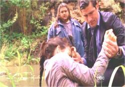 ケイトを川から引き上げるジャック