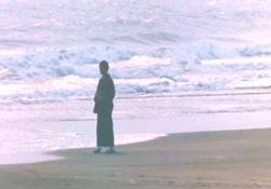 一人残されて、海辺で佇む薫