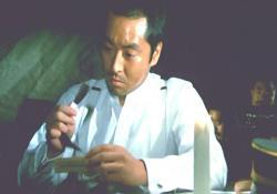 佐知の髪を見ながら思い出している小賀少尉