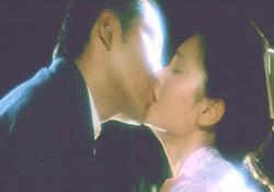 佐知に接吻する小賀