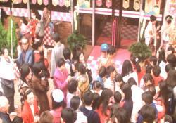 1月2日の正直屋の初売りに並ぶ客たち