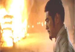 火の向こうで思案する孔明