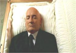棺の中で遺体となったロック