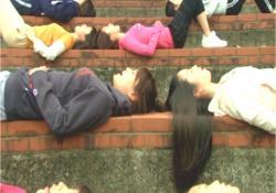 板野先生の特訓に息が上がっている少女たち
