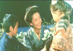 ラスト、米川の遺児たちと遊ぶ佐知