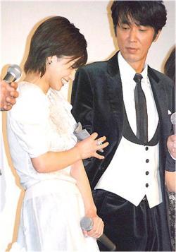 初日舞台挨拶にて、平愛梨が泣いて隣のユースケにハンカチもらってテレ笑い