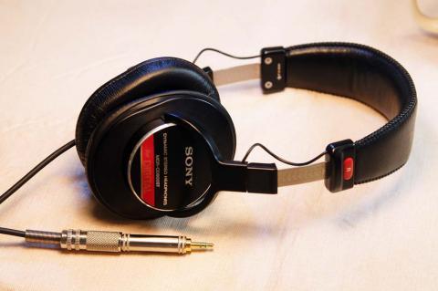 080308_headphone.jpg