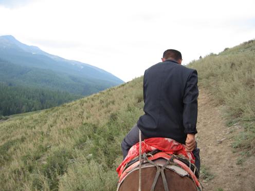 カナスで馬に乗る