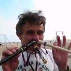 口と鼻を使って縦笛を演奏
