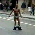 パン一で路上を踊る男性