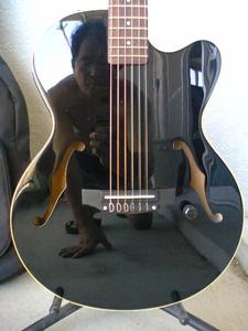 ギターに映るおっちゃん