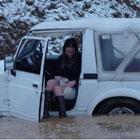 氷の湖で立ち往生の美女と車