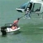 ヘリでボートをけん引