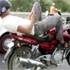 メールしながらバイクを運転する人