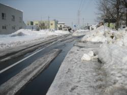 雪解けが進む住宅街の道