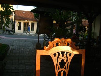 夕日に当たる椅子