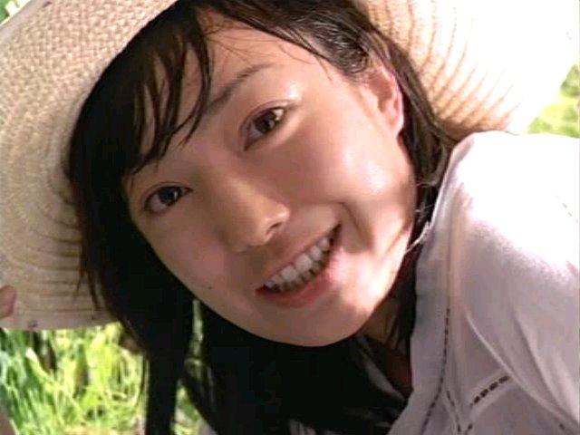 麦わら帽子の菅野美穂