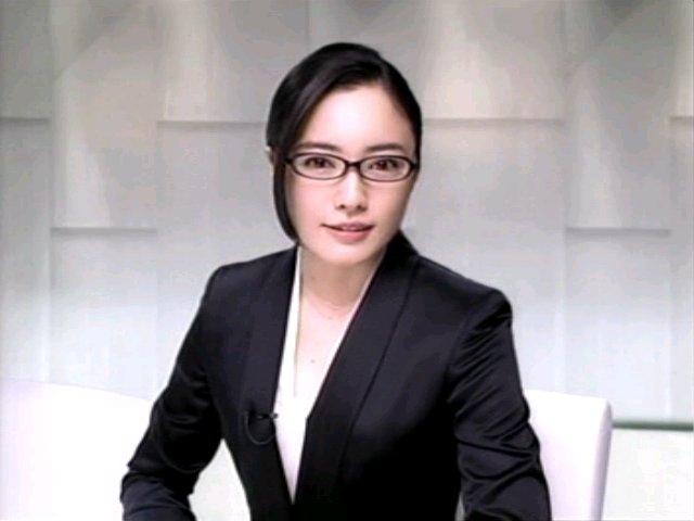眼鏡にスーツ姿の仲間由紀恵さん