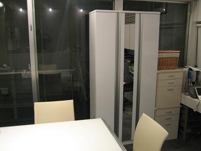 ダイニングテーブルと整理棚
