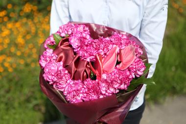 カーネーションとアンスリウムのハート型花束