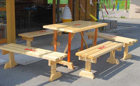 完成したテーブルとベンチ