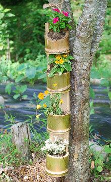竹の花瓶に生けた花