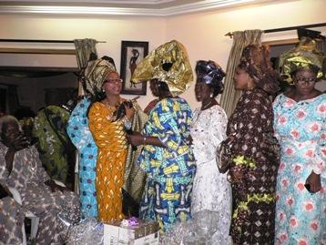 花嫁さんを囲む親族