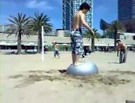 ビーチでバランスボールを使いバク転してみよう
