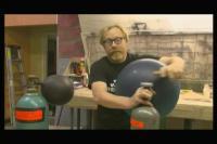 ヘリウムガスを吸ってドナルドダックの声に変えるおもしろ実験動画