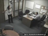 監視カメラが捉えたオフィスで切れちゃう女性