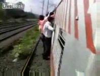 インドはムンバイの通勤列車風景