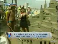 サンドアートの取材で女性レポーターが砂の城を破壊