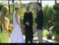 結婚式の最中に新婦と牧師をプールに突き落とす男