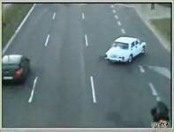 三車線の高速道路で起こったレーン違反の老夫婦の車とバイクの衝突事故