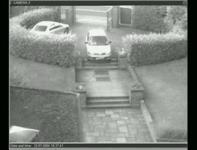 監視カメラが捉えたお婆ちゃんが運転する車が公園に突っ込んでくる映像