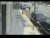 監視カメラが捉えた白昼堂々とバイクを盗む泥棒