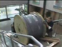 ケーブルリールが転がって会社のドアを破壊する映像二編