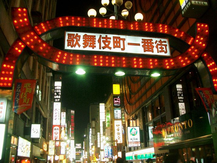 Kabukicho_Gate_at_night.jpg