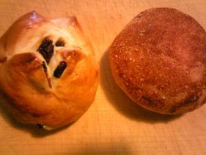 「レーズンバンズ、ブリオッシュクリームチーズ」小麦畑(福岡市)