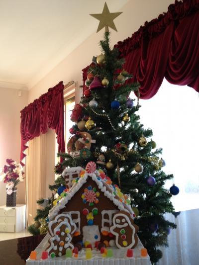 クリスマスツリーとジンジャーブレッドハウス